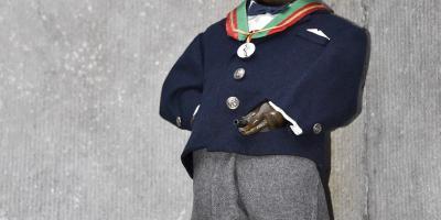 Manneken-Pis en tenue de l'Ordre des Amis de Manneken-Pis