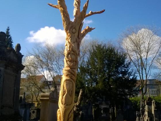 Arbre sculpté au cimetière de Laeken