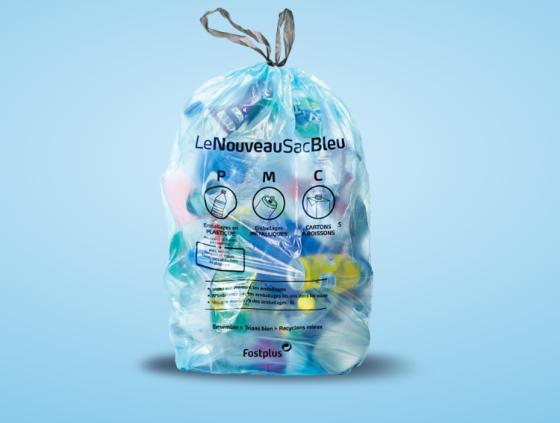 De nouveaux emballages en plastique dans les sacs bleus PMC